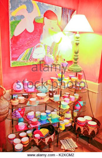 Wasserkocher mit Tassen und Untertassen in den Regalen Stockbild