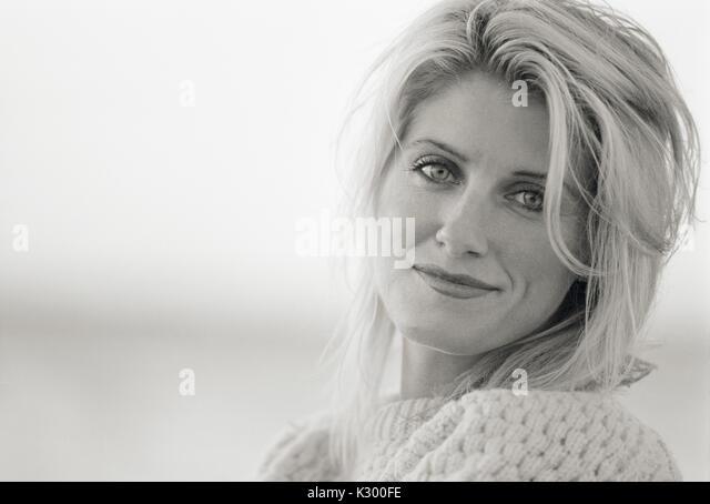 Porträt einer 30s erwachsenen Frau, Schwarz und Weiß. Stockbild