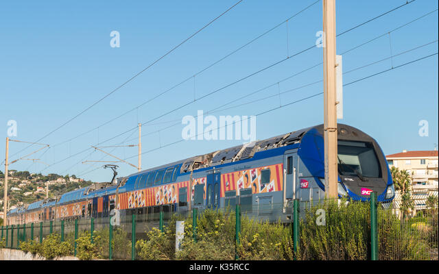 Eine schnelle Regionalbahn in Cote d'Azur, Frankreich Stockbild