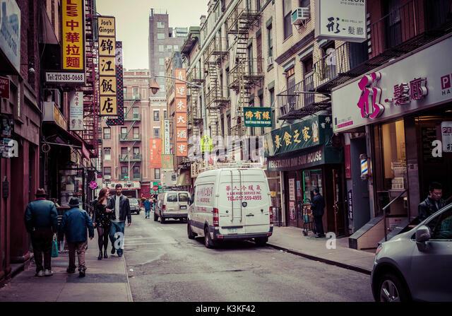 Ein typisches Straßenbild mit Fußgängern in Chinatown, Manhatten, New York, USA Stockbild