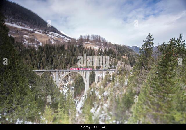 Bernina Express führt durch Wiesner Viadukt und Woods Filisur Kanton Graubünden Schweiz Europa Stockbild