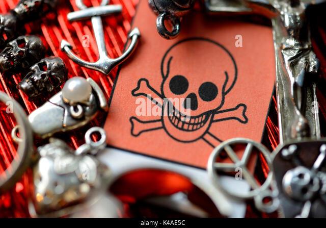 Modeschmuck und Warnschilder, toxische Stoffe in Billig Schmuck Stockbild