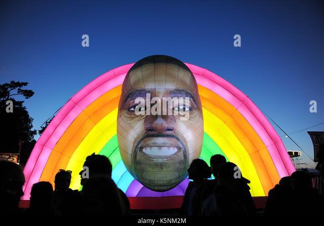 Aufblasbare Kanye West bei Bestival Music Festival. Aufblasbare Kanye West Quelle: Finnbarr Webster/Alamy leben Stockbild