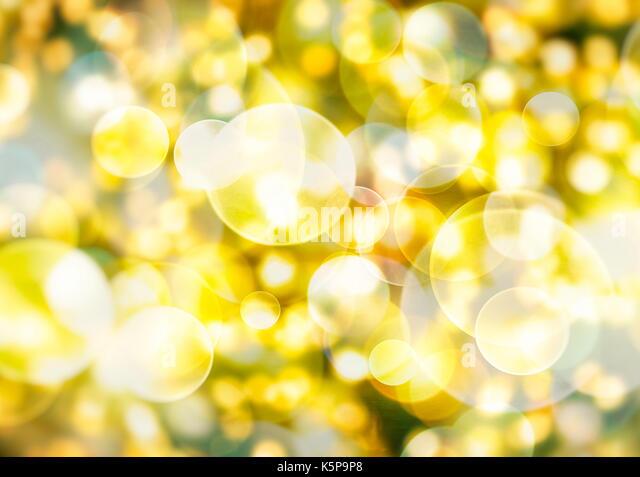 Festliche Hintergrund mit natürlichen Bokeh und helle Golden Lights. Vintage Magic Hintergrund mit bunten Bokeh. Stockbild