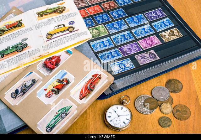 Briefmarken-, Zigaretten- Karten, Münzen, beobachten. Collectible Sammlung, nostalgische Erinnerungen. Stockbild