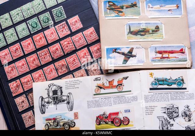 Briefmarken und Zigarette Karten, sammeln. Erinnerungen Nostalgie. Stockbild