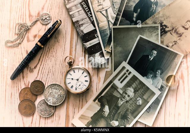 Alte Familienfotos und einige Sammlerstücke. Nostalgie, Erinnerungen. Stockbild
