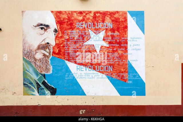 Am Straßenrand Wandmalerei von Fidel Castro und die kubanische Flagge, Cienfuegos, eine Stadt an der Südküste Stockbild
