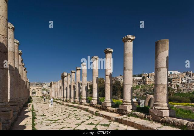 Jordan, Jerash, Übersicht der Römerzeit Stadt Ruinen, Spalten entlang der Cardo Maximus Stockbild