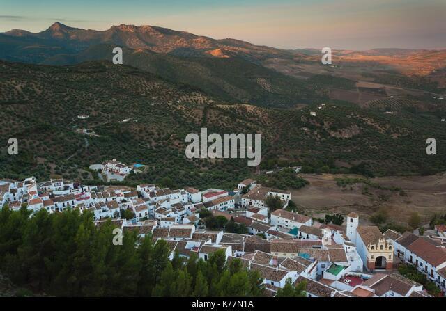 Spanien, Andalusien, Provinz Cadiz, Zahara De La Sierra, erhöhten Blick, Morgendämmerung Stockbild