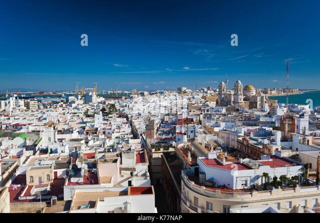 Spanien, Andalusien, Provinz Cadiz, Cadiz, erhöhten Blick auf die Stadt mit dem Dom vom Torre Tavira Turm Stockbild