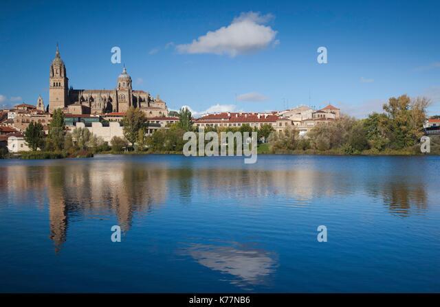 Spanien, Castilla y Leon Region, Provinz Salamanca, Salamanca, Kathedralen von Salamanca und Stadt, gesehen vom Stockbild
