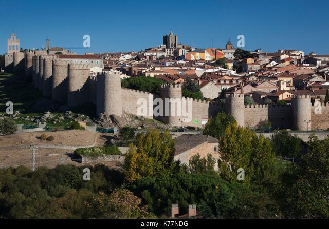 Spanien, Region Castilla y León, Provinz Avila, Avila, Las Murallas, Stadtmauern, erhöhten Blick, Dämmerung Stockbild