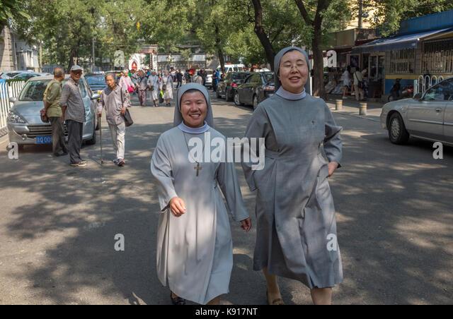 Peking, China. 21 Sep, 2017. Chinesischen Nonnen verlassen nach der Teilnahme an einer Messe zum zehnten Jahrestag Stockbild