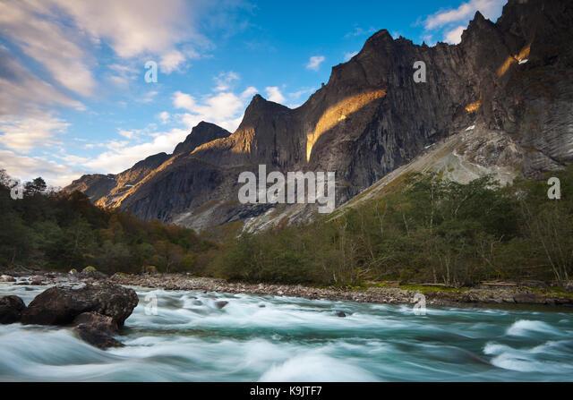 Tal Romsdalen, Møre og Romsdal, Norwegen, September 23., 207. Am frühen Morgen tal Romsdalen, Østfold, Stockbild