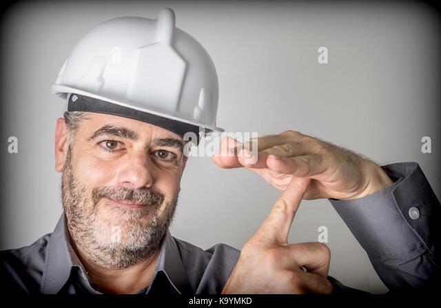 Bauarbeiter macht ein Zeichen von Ausfallzeiten und Rest Stockbild