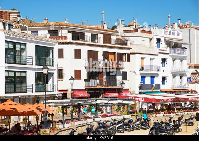 Hotels und Apartments am Strand von Tossa de Mar in Spanien. Stockbild