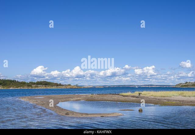 Landschaft und Fahrrinne zwischen den Inseln Süd- und Nord-Koster, Bohuslän, Schweden. Stockbild