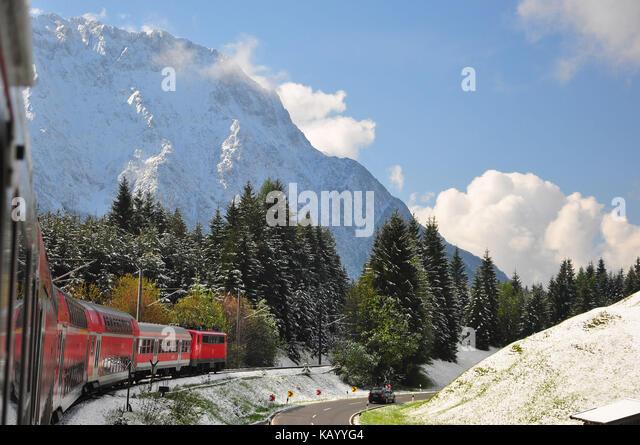 Deutschland, Isartal, Regionalbahn, frischem Schneefall, Stockbild