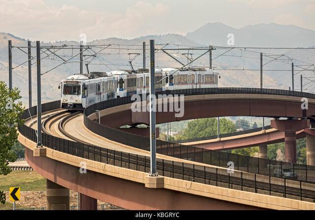 Lakewood, Colorado - ein Zug auf dem 'W' von rapid transit system Denver's kreuzt eine Autobahn. Die Stockbild