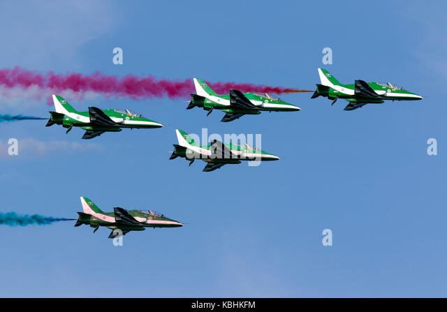 Saudi Air Force British Aerospace Hawk 65A, die Saudi Hawks, Anzeige über dem Meer an der Ostküste von Stockbild