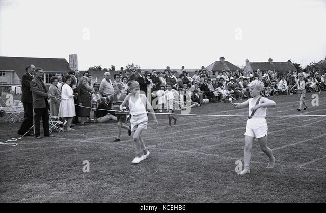 1960, historische, Jungen in ein Ei konkurrierenden-und-löffel Rennen bei Sport Schulen' Day, Dorchester, Stockbild