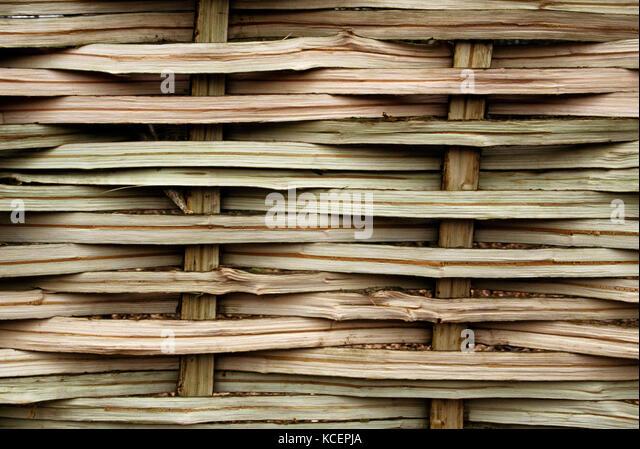 Detail der Webart eines frisch zubereiteten hazel Hürde. angezeigt split Segel (Ständer) und Weber (horizontal). Stockbild