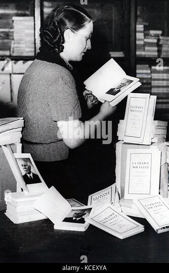 """Foto von einer Buchhandlung Verkauf von Kopien von 'la France Nouvelle"""", die von Marschall Philippe Pétain. Stockbild"""