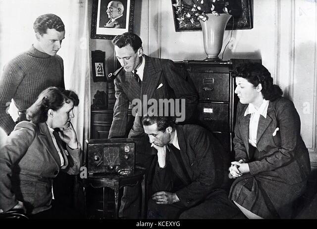 Foto von Vichy französischen Zivilisten hören zu einer Radiosendung von Admiral jean Darlan (1881-1942), Stockbild