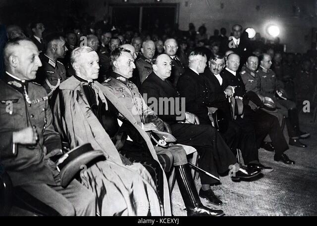 Foto von NS-Führer mit französischen Verantwortlichen gesammelt für eine Abendveranstaltung in Paris. Stockbild