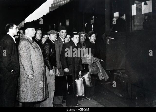 Foto der jungen französischen Männer mit dem Zug unterwegs im Militär während der Invasion in Stockbild