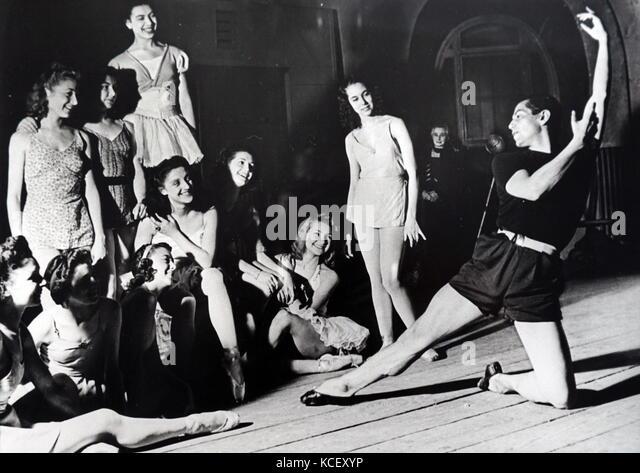 Foto von Serge Lifar (1905-1986) Meister der Pariser Ballett, während der Praxis während des Zweiten Weltkriegs. Stockbild