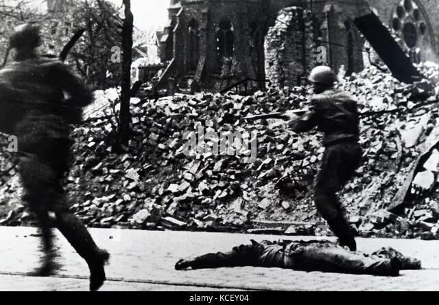 Foto von sowjetischen Soldaten der Roten Armee während einer Straßenschlacht während der Belagerung Stockbild
