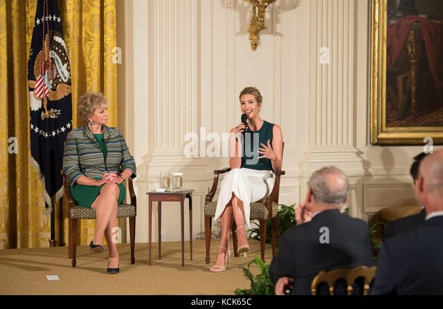 Small Business Administration Administrator Linda mcmahon (links) und die US-amerikanische Tochter Ivanka Trump Stockbild