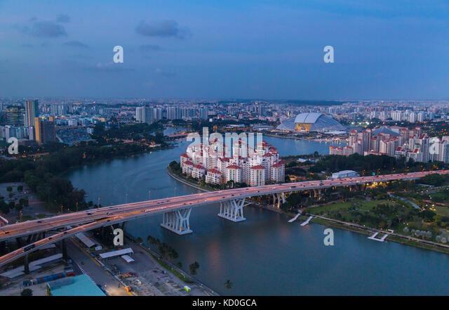 Erhöhte Stadtbild mit Autobahnbrücke und apartment Entwicklungen in der Dämmerung, Singapur, Südostasien Stockbild