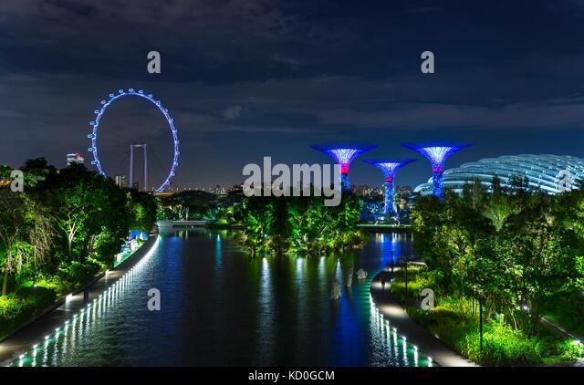 Blau Riesenrad und supertree Grove auf Marina Bay Waterfront in der Nacht, Singapur, Südostasien Stockbild