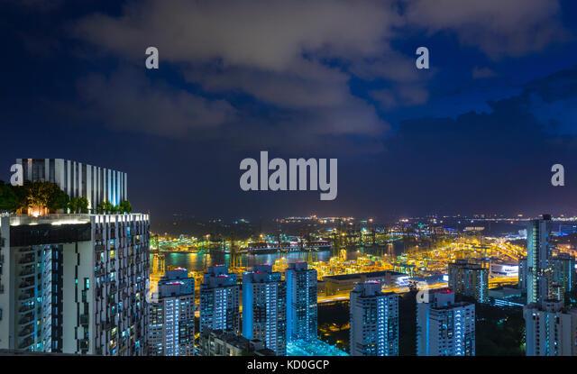 Erhöhte Stadtbild mit modernen Apartments und die Lichter der Stadt in der Nacht, Singapur, Südostasien Stockbild