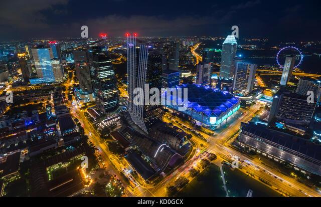 Hohen winkel Stadtbild mit Highway Traffic und die Lichter der Stadt in der Nacht, Singapur, Südostasien Stockbild