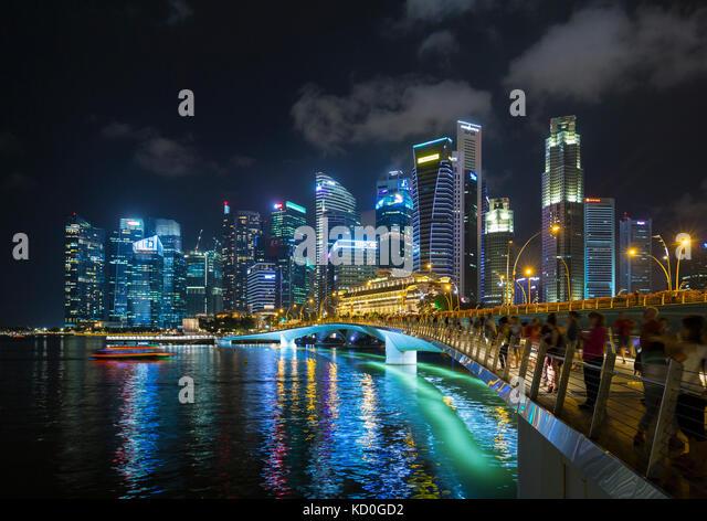Massen von Touristen am Wasser Brücke an der Marina Bay bei Nacht, Singapur, Südostasien Stockbild