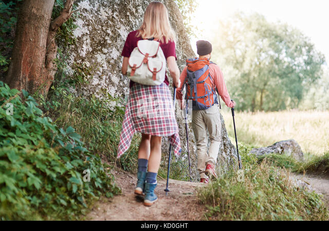 Ansicht der Rückseite des Paar mit Walking Wandern im Wald, Krakow, Malopolskie, Polen, Europa Stockbild