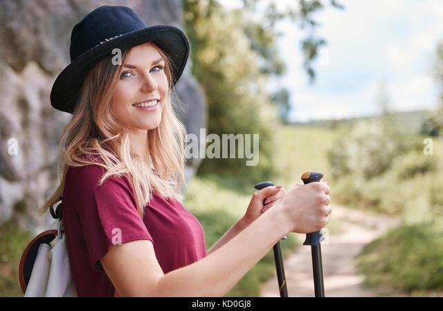 Portrait von Frau mit Walking Stöcke in die Kamera lächeln, Krakow, Malopolskie, Polen, Europa Stockbild