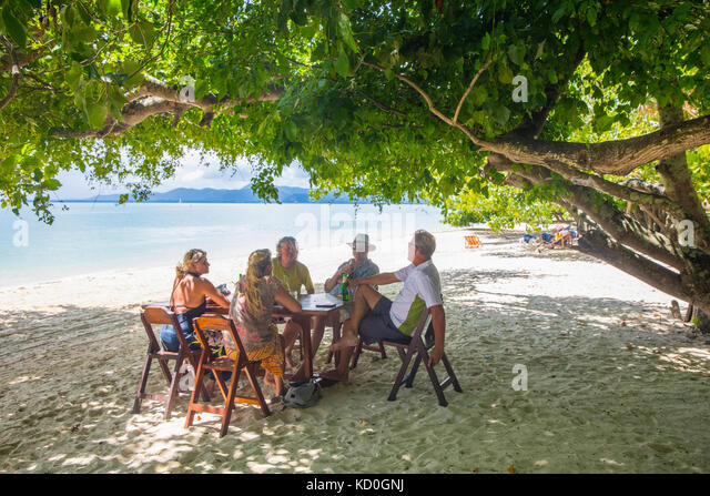 Freunde Entspannung am Esstisch am Beach, Koh Rang Yai, Thailand, Asien Stockbild