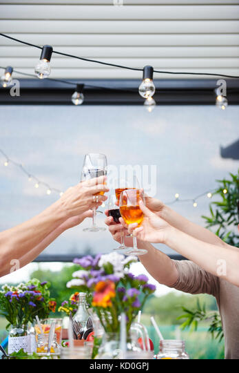 Hände von Männern und Frauen Familie Wein Toast am Tisch Stockbild