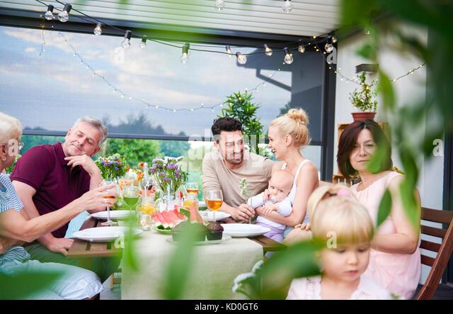 Drei Generationen der Familie beim Mittagessen auf der Terrasse Stockbild