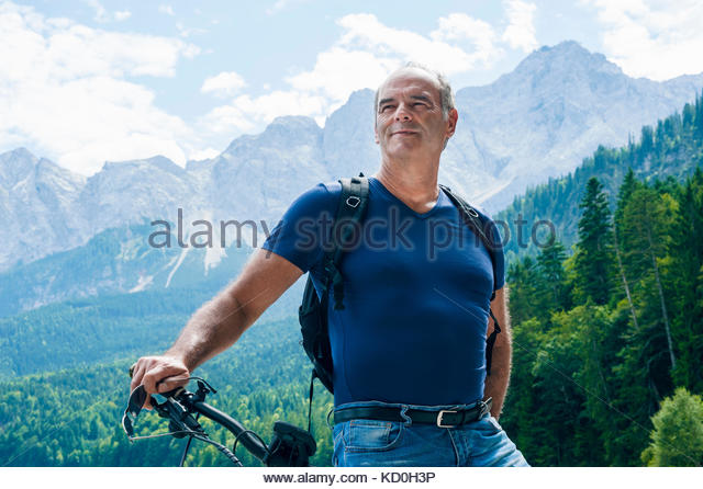 Portrait von älteren Mann, mit dem Fahrrad, auf Anzeigen, elbsee, Bayern, Deutschland Stockbild