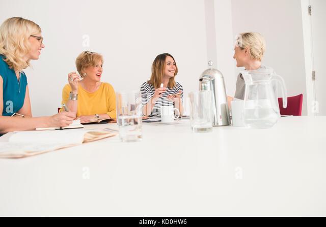Geschäftsfrauen in der Sitzung Stockbild