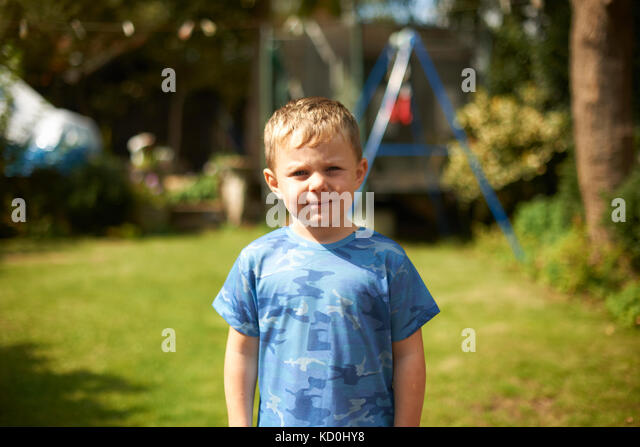 Portrait von cute junge im Garten Stockbild