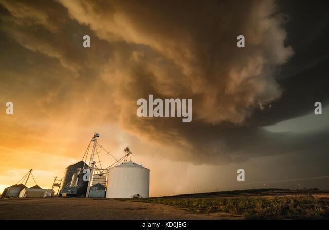 Starker Sturm über der Stadt Socorro mit starkem Wind, Regen und Hagel, getreidesilo im Vordergrund, Socorro, Stockbild