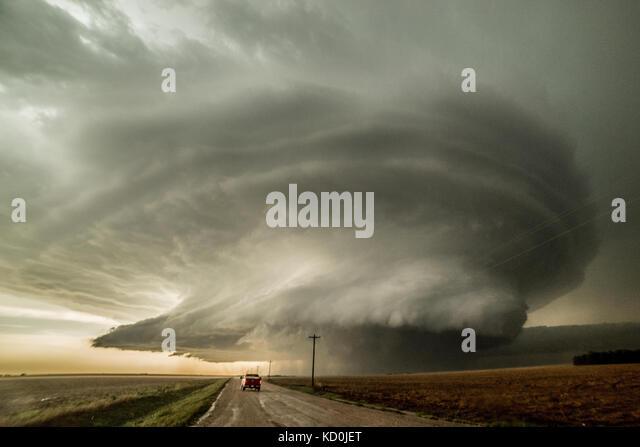 Storm Chaser fahren zu einer Superzelle, die drei Tornados produziert hat und ist über eine vierte, Leoti, Stockbild
