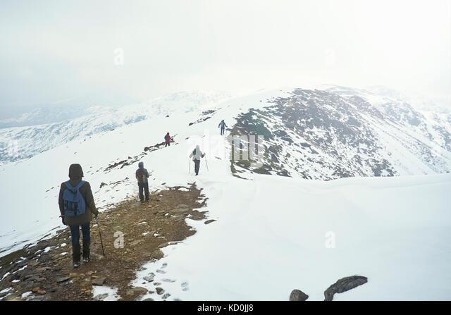 Wanderer auf Schnee - Berg, Coniston, Cumbria, Vereinigtes Königreich Stockbild